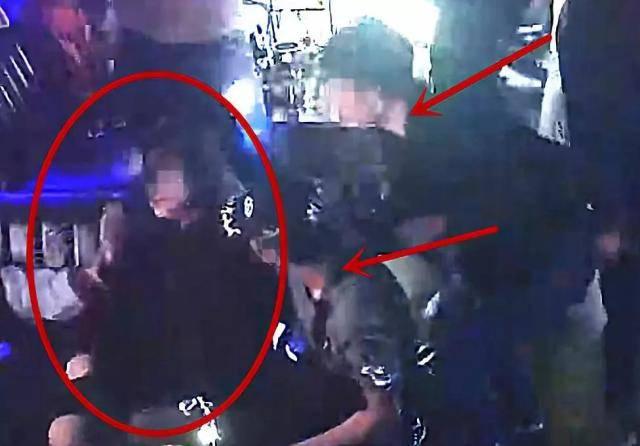 女孩遭2男子强行抚摸 报警却被抓