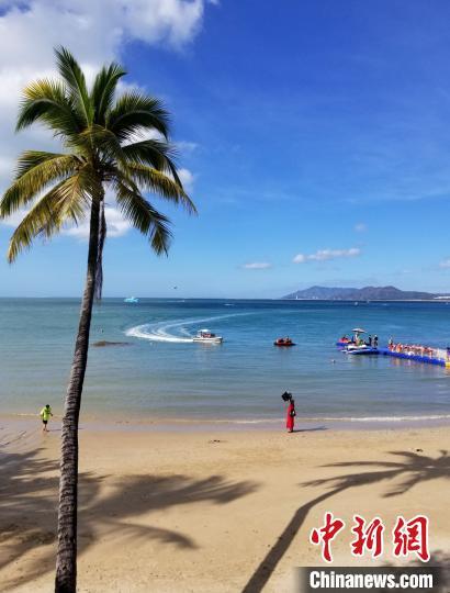 三亚生态环境质量保持全国一流。图为冬日蓝天白云,游客在天涯海角游览区游玩。 王晓斌 摄