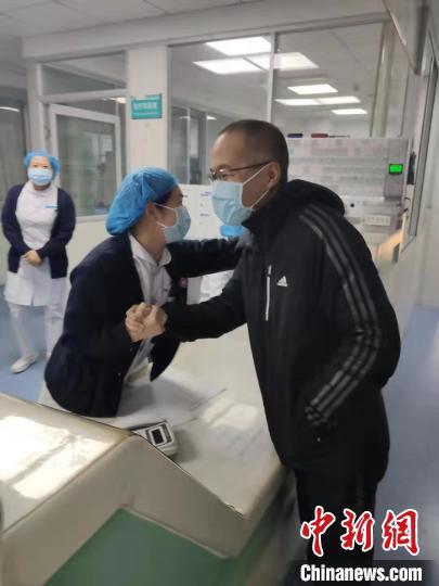 援助湖北孝感市医疗队队员赵许成与牡丹江市第一人民医院医护人员告别。 张树永 摄