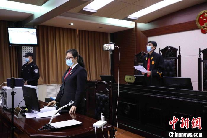 2月12日上午,山东省济南市莱芜区人民法院公开开庭审理并当庭宣判该省首例涉疫情妨害公务案,被告人邓某某被判处有期徒刑十个月。 济南市莱芜区法院 摄