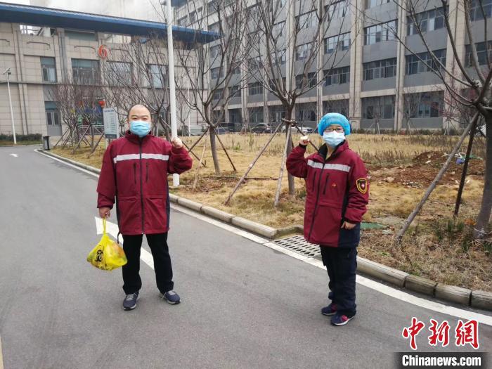 """四川医生夫妻在武汉""""偶遇""""隔着安全距离合影留念"""