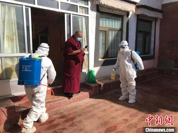 图为甘南州医务人员在乡村进行消毒工作。 尕藏嘉 摄