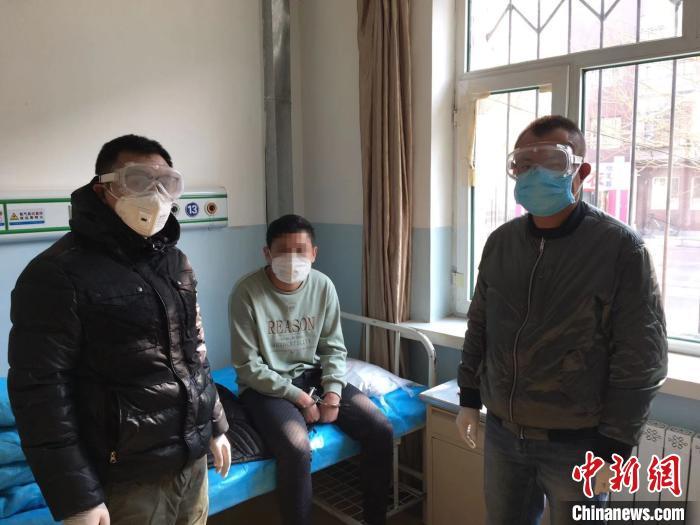图为民警带领嫌疑人在指定医院复查。 王瑾 摄