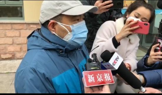 康复者刘先生称愿意捐献血清帮助治疗。新京报记者 俞金旻 摄