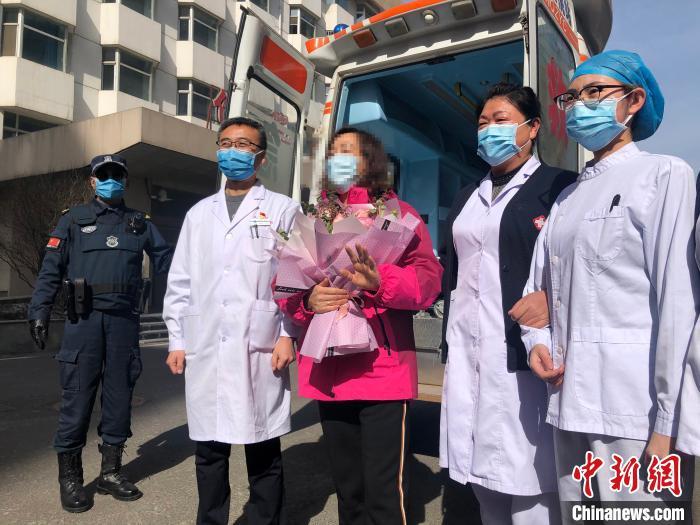 2月19日上午,青海西宁市1名新冠肺炎患者从西宁市第三人民医院出院。 罗云鹏 摄