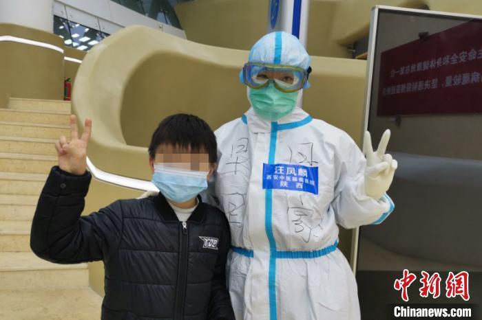 图为陕西护士汪凤麟与小患者合影。 西安中医脑病医院供图 摄