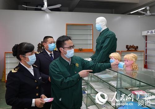 监管人员对儿童口罩防护性能进行检查。程奇摄