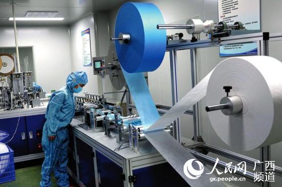 广西—东盟经开区医疗用品企业的口罩生产线开足马力生产。潘志安摄