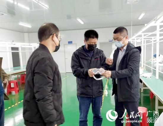 广西药监局桂林检查分局工作人员深入企业检查医用隔离眼罩生产情况。广西药监局供图