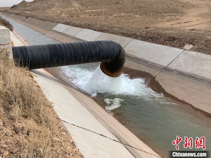 扬黄水进入定边专用干渠。 孟砚岷 摄