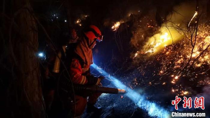 森林消防指战员正在扑救山火。 内蒙古森林消防总队供图 摄