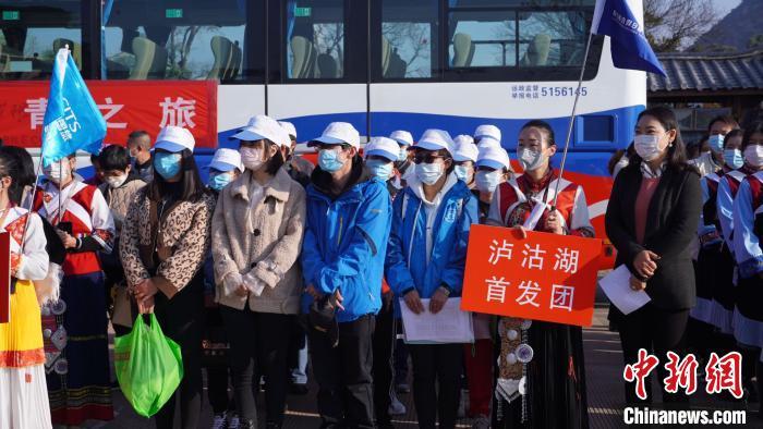 图为丽江市旅行社企业恢复经营团队游客首发仪式现场。 丽江市文化和旅游局供图 摄