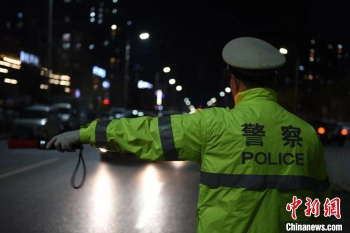 图为保定增派警力组织夜查统一行动。保定交警支队供图