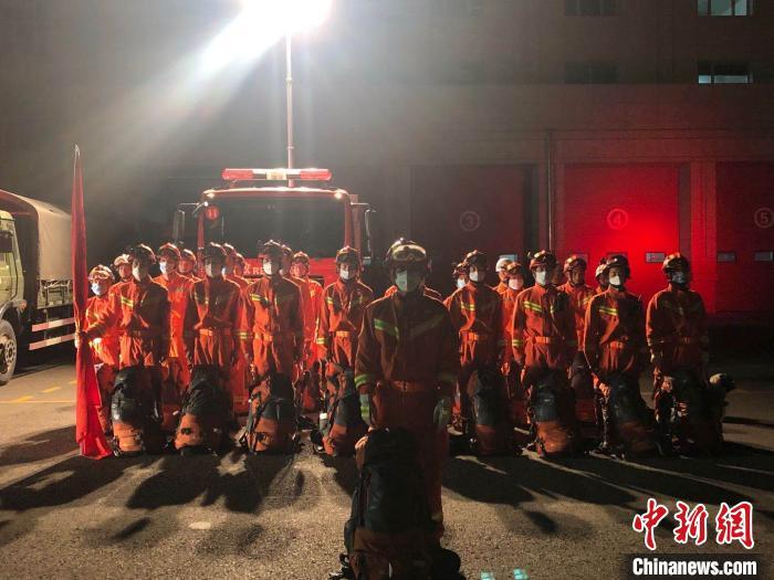 图为克拉玛依消防救援支队人员集结待命。 克拉玛依消防救援支队供图