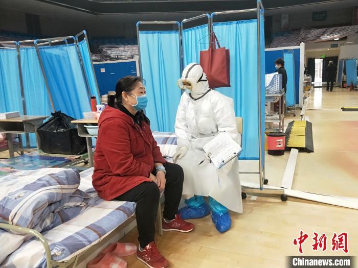 在武昌方舱医院,秦艺娴和病人聊天谈心。 受访者供图 摄