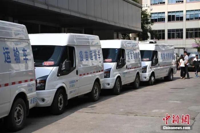 资料图:运输疫苗的车队从云南省疾控中心出发。中新社记者 刘冉阳 摄