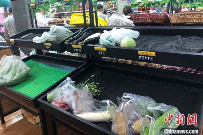 北京市西城区一家便民超市的菜摊。中新网 左宇坤 摄