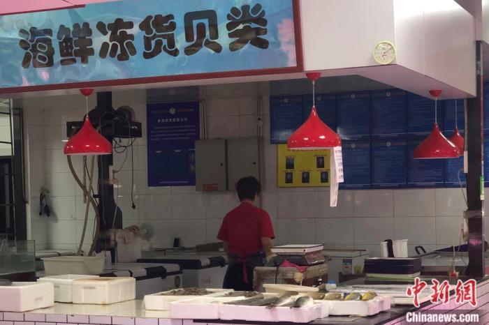 北京市西城区一家百姓生活服务中心的海鲜摊。中新网 左宇坤 摄