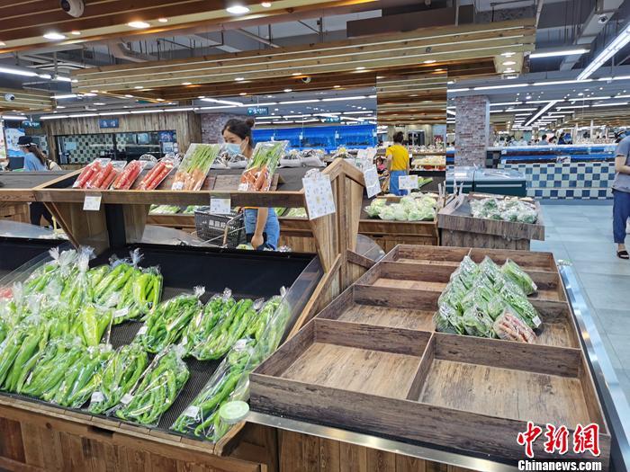 市民在超市买菜。中新网记者 李金磊 摄