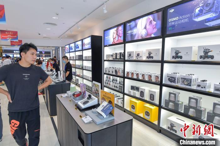 图为在海口日月广场免税店,众多电子产品上架吸引民众。 骆云飞 摄
