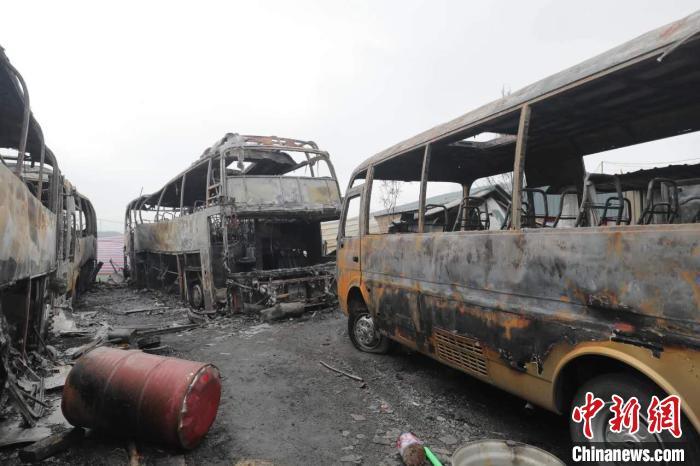 7月9日2时15分左右,山西省太原市长风东街与黑驼村交叉口附近一停车场发生火灾,导致7辆车和彩钢板房被不同程度烧毁。太原消防供图