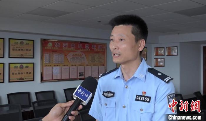 上海市公安局松江分局治安支队副支队长王强接受中新社记者采访 张践 摄