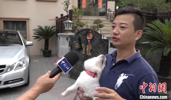 上海市民朱先生接受中新社记者采访 张践 摄