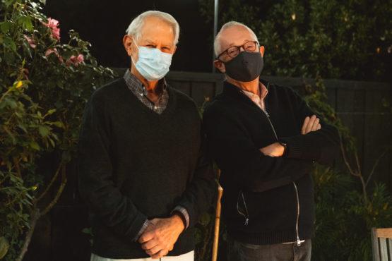 斯坦福大学官网连夜放出了威尔逊(左)和米尔格罗姆的最新合影。(来源: 斯坦福大学/Andrew Brodhead))