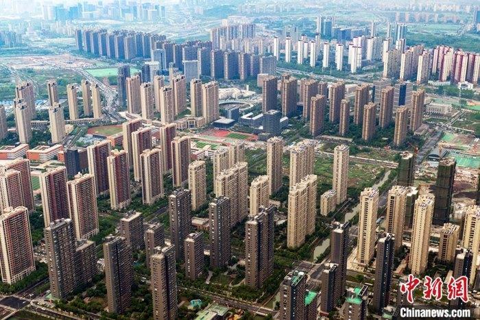 5月18日,中国国家统计局在北京公布4月份商品住宅销售价格变动情况统计数据。数据显示,4月份,中国70个大中城市中,50个城市新建商品住宅价格环比上涨,9个城市持平,11个城市环比下跌。新房价格环比上涨的城市个数超过七成,较上月增加12个。对比历史数据,4月份70个城市中,新房价格环比上涨的城市数量(50个)已经恢复至去年12月份的水平。资料图为4月17日,航拍南京雨花台区一处楼盘。 中新社记者 泱波 摄