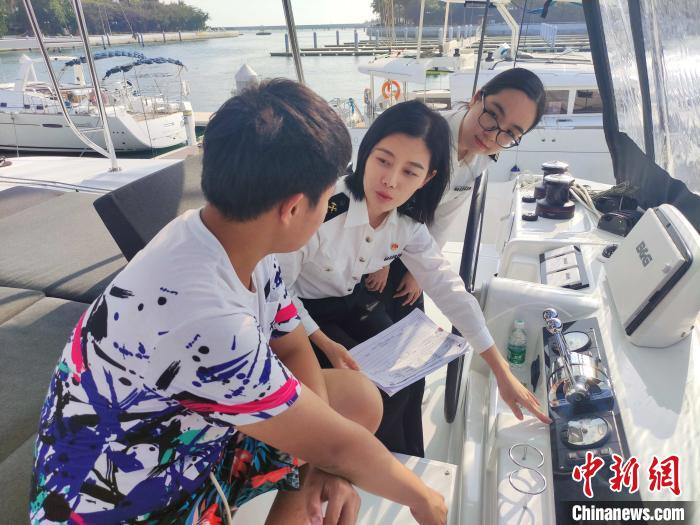 三亚海关关员在清水湾游艇会码头实地查看帆船情况 王纯豪 摄