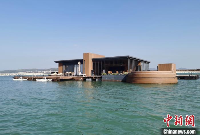 """图为违规建设的""""网红""""海上酒店。漳州海警局 供图"""