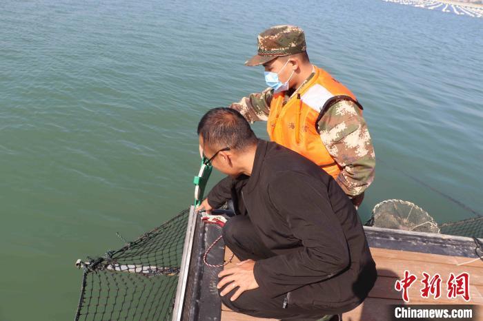 图为执法员现场测量。漳州海警局 供图