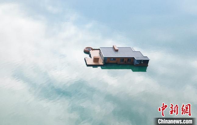 图为涉案的网红海上酒店。漳州海警局 供图